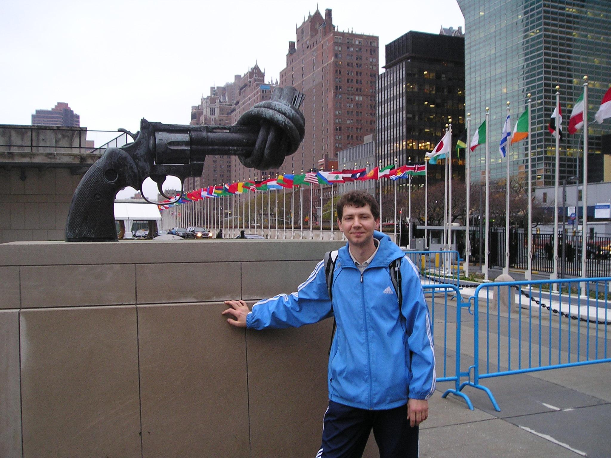 У здания ООН в г.Нью-Йорке 2006г